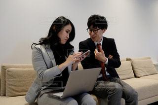 男と女がソファに座っているの写真・画像素材[2949722]
