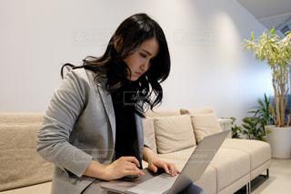 テーブルの上に座っている女性の写真・画像素材[2949724]