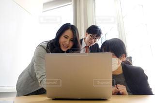 オンライン会議でスーツの男女の写真・画像素材[2951444]