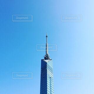 大きな時計塔は青空に立ち向かうの写真・画像素材[2961705]