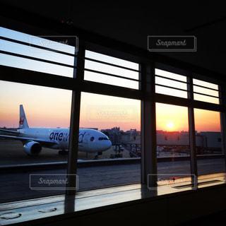 窓の上に座っている大きな旅客機の写真・画像素材[2961776]