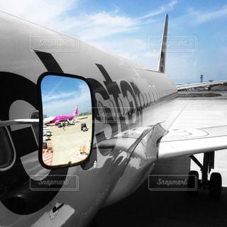 飛行機に座っている小さな飛行機の写真・画像素材[2961857]