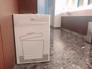 建物の中に座っている白い冷蔵庫の冷凍庫の写真・画像素材[2994894]