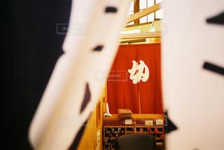 銭湯ののれん(ちらっと覗き見)の写真・画像素材[2996951]