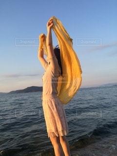 海で風を感じる女性の写真・画像素材[3335422]
