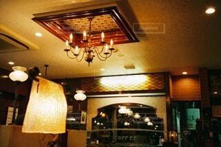 レストランのテーブル付きのキッチンの写真・画像素材[3701503]