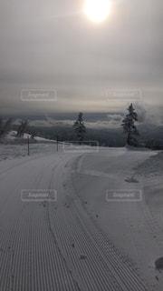 近くに雪の斜面をカバーの写真・画像素材[1123532]