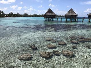 水上コテージと岩のビーチの写真・画像素材[1125688]