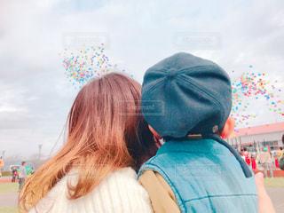 凧を保持している小さな女の子の写真・画像素材[1124013]