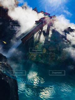 水から出てくる煙の写真・画像素材[1137372]