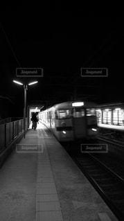 鉄道の駅に夜を引っ張っての写真・画像素材[1131001]