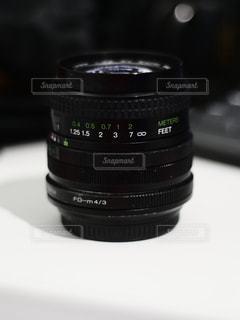 机の上のレンズの写真・画像素材[1213373]