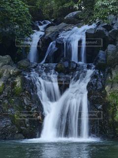 いくつかの水の上の大きな滝の写真・画像素材[1401325]