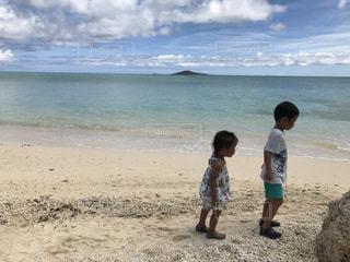 砂浜に立っている子供たちの写真・画像素材[1127373]