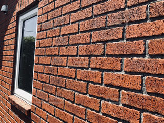 レンガの壁と窓の写真・画像素材[1139237]