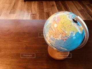テーブルの上に置かれた地球儀の写真・画像素材[1142523]