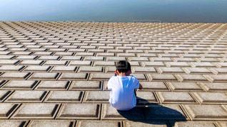湖のそばでうつむく少年の写真・画像素材[2022570]