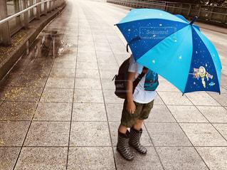 傘をさす男の子の写真・画像素材[2245101]