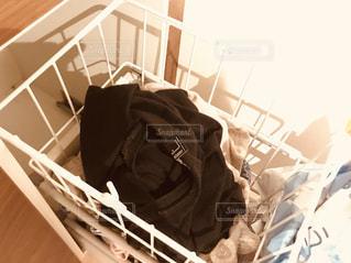 洗濯かごに入った洗濯物の山の写真・画像素材[3185488]