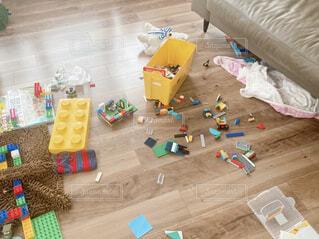 おもちゃで散らかったリビングの写真・画像素材[4570689]