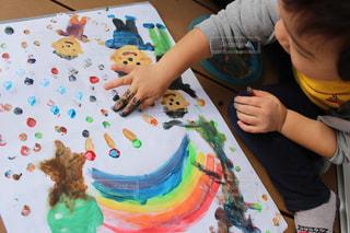 絵の具でお絵かきする男の子2の写真・画像素材[1125406]