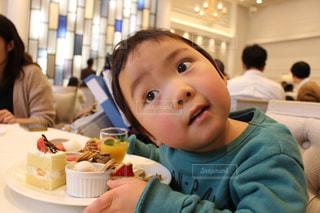 スイーツを食べる男の子の写真・画像素材[1125417]