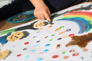 絵の具でお絵かきする男の子3の写真・画像素材[1125535]