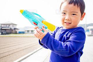 水鉄砲を持つ男の子の写真・画像素材[1125548]