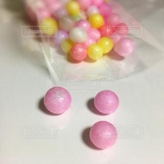 カラフルな丸いお菓子の写真・画像素材[1125803]