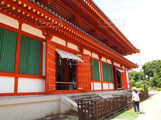 建物の前に赤いベンチ - No.1195026