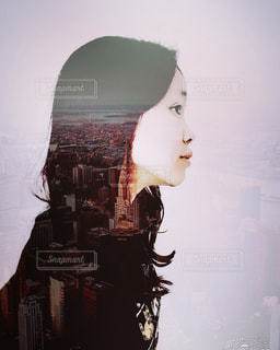 寂しそうな女の自撮り写真の写真・画像素材[1126102]