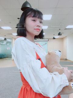 白いシャツを着ている女性の写真・画像素材[1409834]