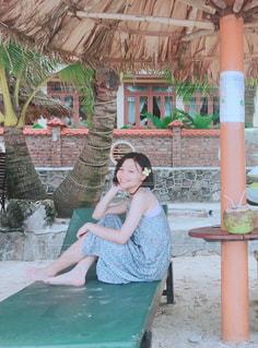 建物の前に座っている女性の写真・画像素材[1443027]