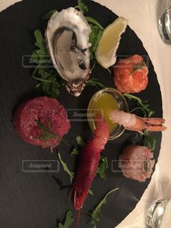 ナイフで食べ物の皿の写真・画像素材[1126504]
