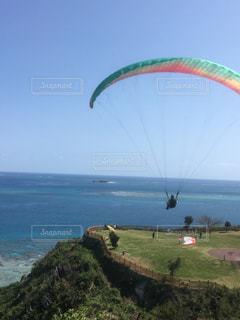 沖縄の海とパラシュートの写真・画像素材[1127125]