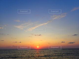 沈みゆく太陽の写真・画像素材[1154374]