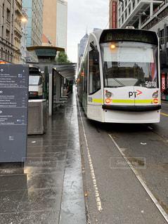 道路の脇に雨のメルボルンの写真・画像素材[2835680]