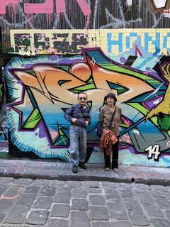 落書きで覆われた壁の前をメルボルンのブロックアーケードの写真・画像素材[3449448]
