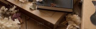 机の上に座っている猫の写真・画像素材[1127634]