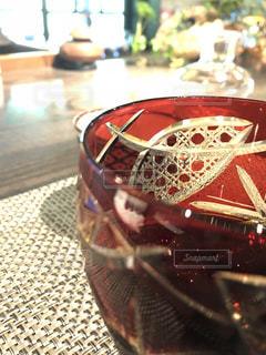 近くのテーブルの上にカップをの写真・画像素材[1261478]