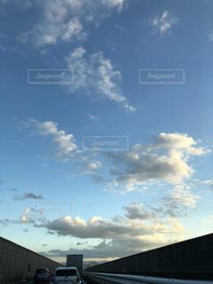 曇りの日の電車の写真・画像素材[1591544]