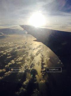 雪の空を飛ぶ飛行機の写真・画像素材[1128452]