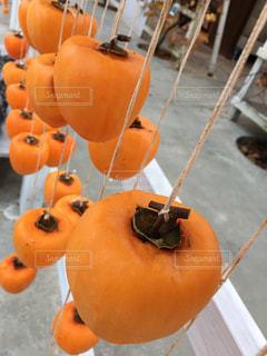 テーブルの上にオレンジのボウルの写真・画像素材[3340435]
