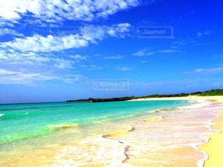 水の体の横にある砂浜のビーチの写真・画像素材[1134066]