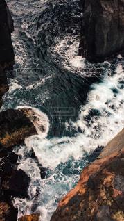 岩の横にある大きな滝の写真・画像素材[1129328]