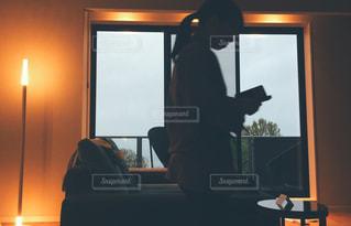テレビの前に座っている人の写真・画像素材[1129333]
