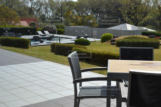 椅子の横にある空の公園ベンチの写真・画像素材[1129334]
