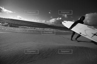 海の横にあるビーチの上を歩く男の写真・画像素材[1129748]
