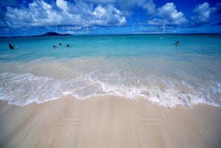 海の横にある水の大規模な体の写真・画像素材[1129749]