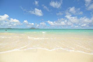 海の横にある水の体の写真・画像素材[1129769]